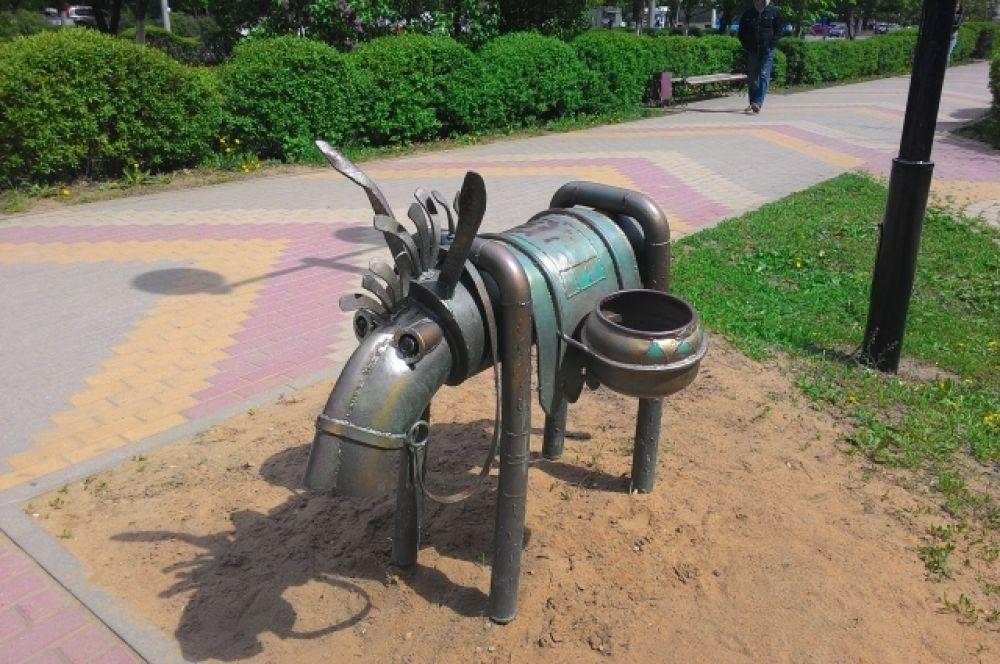 Ещё одна скульптура сочинского мастера Акопа Халафяна, которая установлена в Липецке на улице Неделина, посвящена ослу.