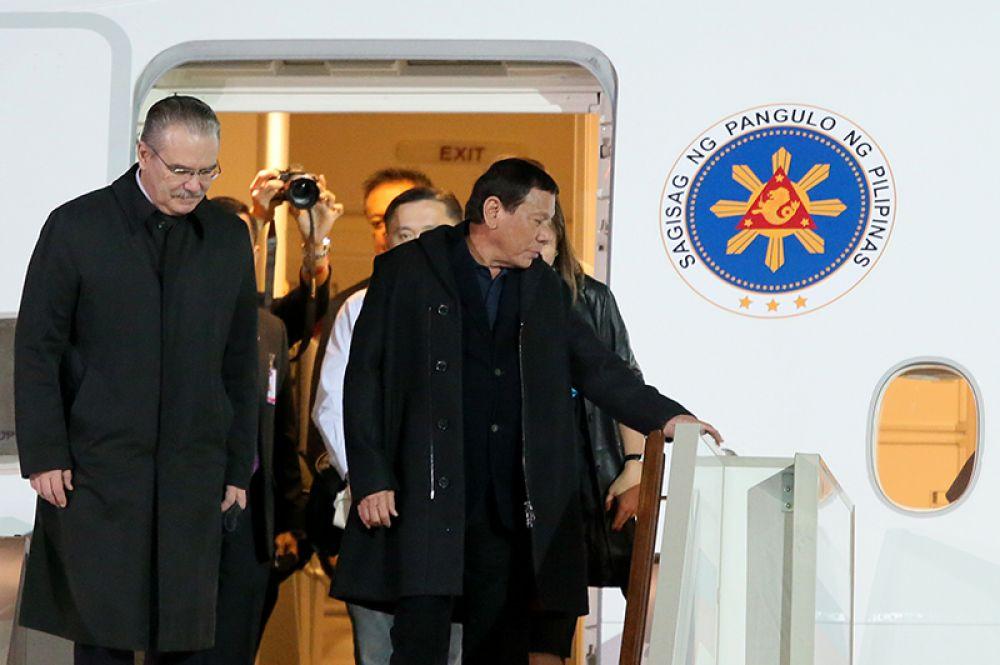 Президент Филиппин Родриго Дутерте (в центре), прибывший в Москву с официальным визитом, в московском аэропорту «Внуково-2».