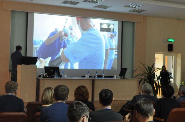 Операции врачи проводили при помощи специальных тонких аппаратов, которые являются своего рода продолжением человеческих рук.