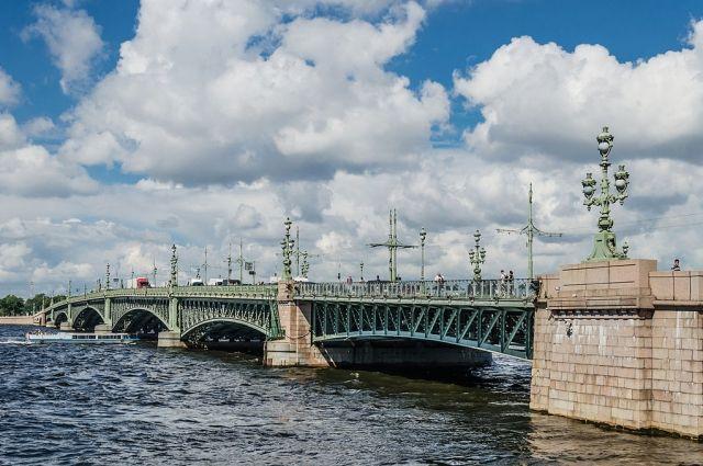 Троицкий мост вПетербурге перекрыли из-за подозрительной канистры