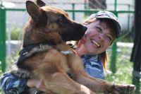 Дружба между кинологом и собакой - обязательное условие успешного выполнения поставленных задач. На снимке киног Оксана Гуляева и Бетси.