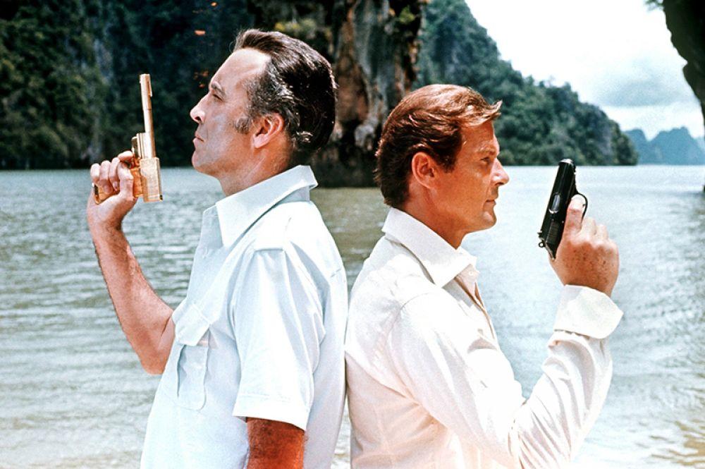 Роджер Мур в фильме «Человек с золотым пистолетом». 1974 год.