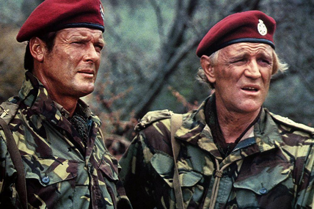 Роджер Мур и Ричард Харрис в фильме «Дикие гуси». 1978 год.