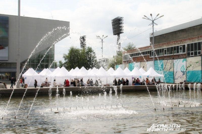 Палатки с книгами установили на площади у стадиона Труд.
