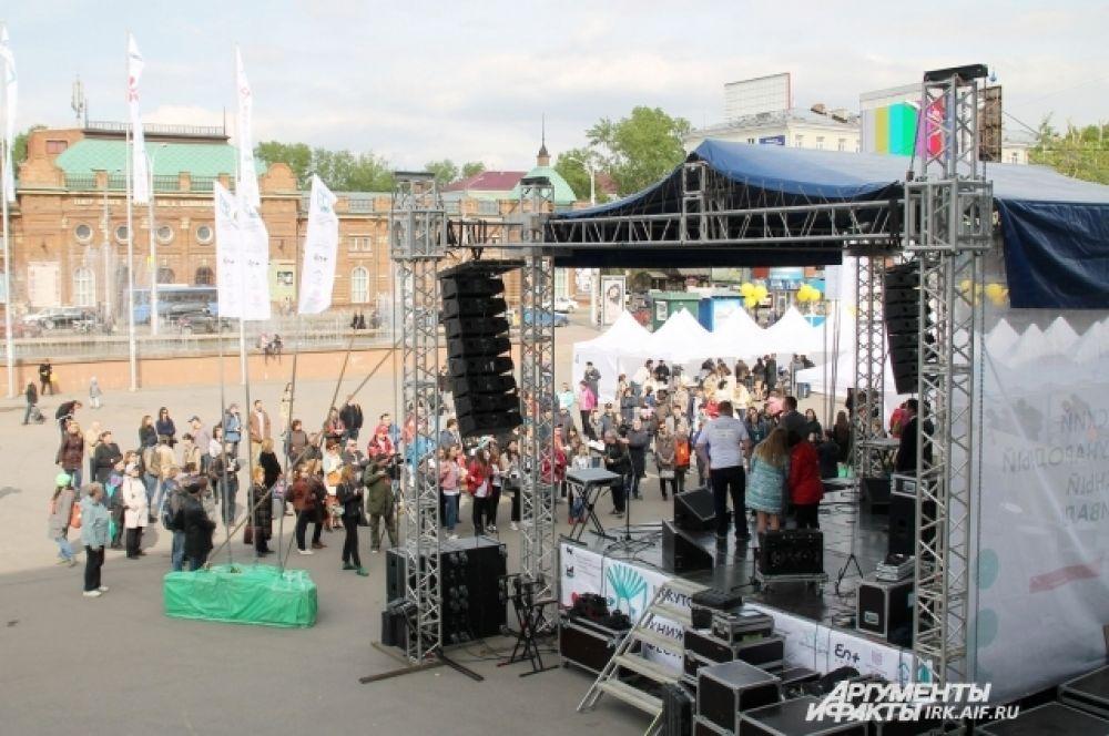 Также на площади была установлена сцена, на которой проходили концерты и читки отрывков из книг, приехавших в Иркутск авторов.
