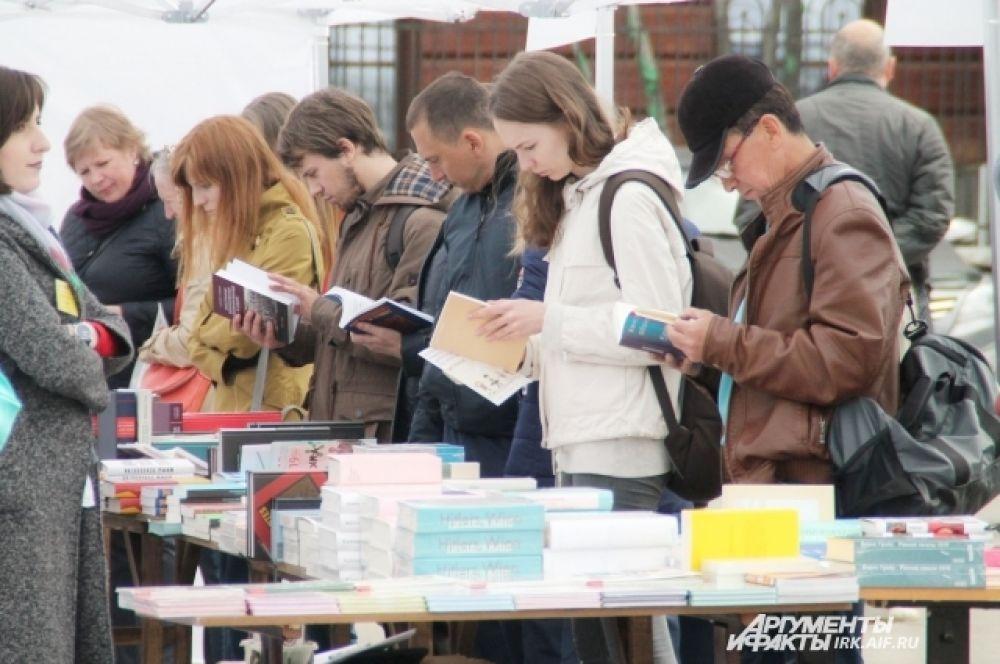 Практически каждый посетитель фестиваля приобрел больше чем одну книгу.