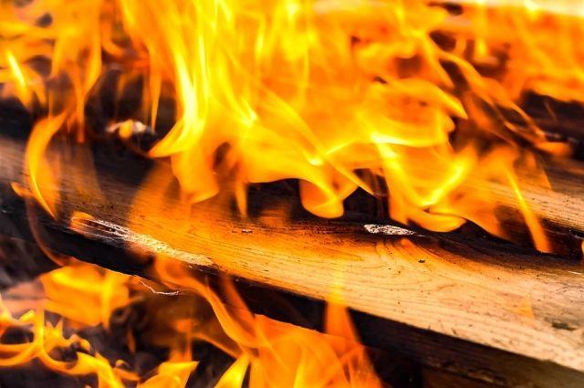 Дом сгорел полностью.