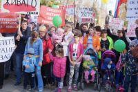 Около 200 дольщиков и пайщиков проблемных домов приняли участие в шествии 18 мая. Многие пришли целыми семьями и с детьми.