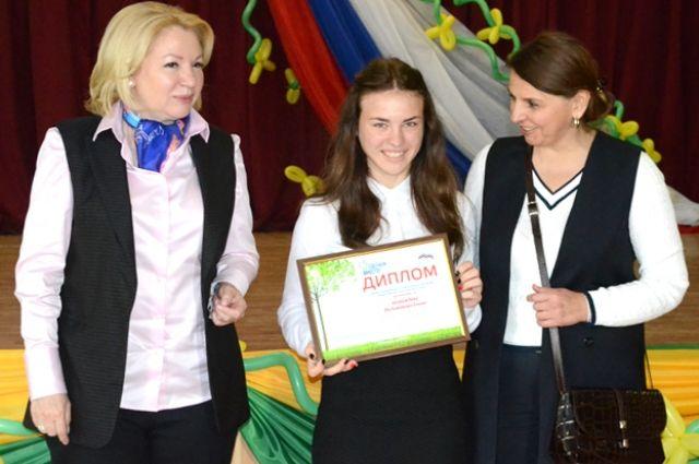 Ирина Соловьёва и Лариса Кочергина вручили дипломы победителям и лауреатам конкурса.