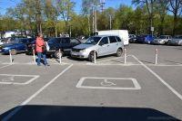Рядом с платной парковкой предусмотрены бесплатные места для инвалидов.