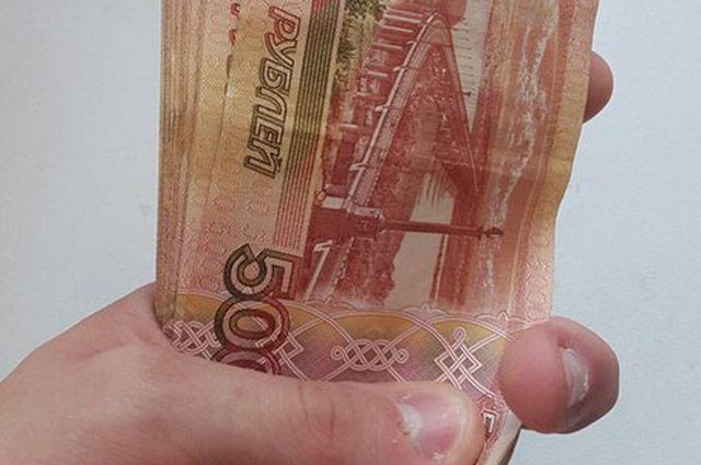 В банке Нового Уренгоя клиент рассчитался поддельной купюрой.