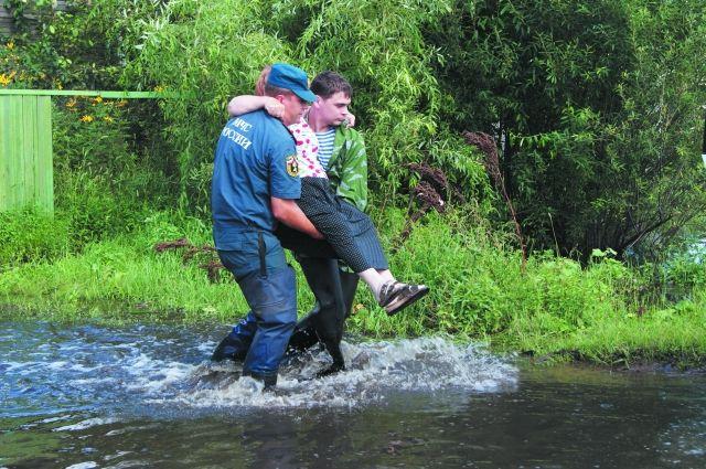 Нередко потерпевших от тайфуна выносили на руках.