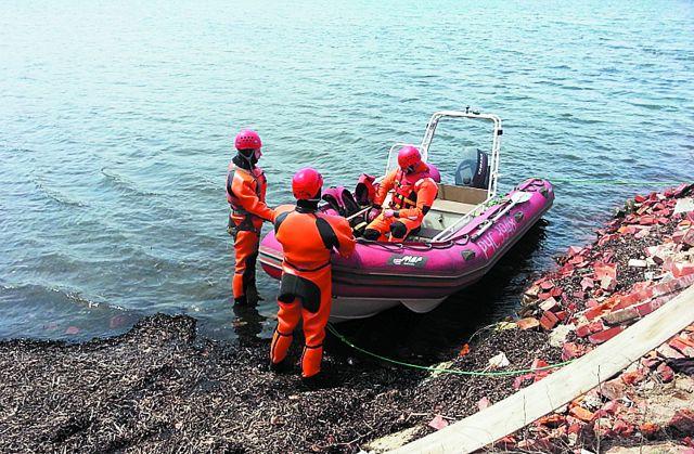 Спасатели всегда стараются вовремя прийти на помощь.