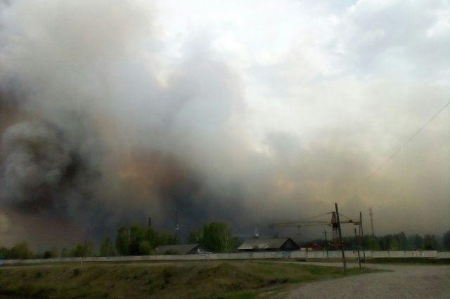 Сильный ветер распространяет огонь на соседние дома.