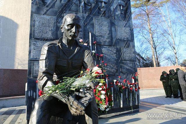 К памятнику участников локальных войн в парке Победы всегда приносят живые цветы.