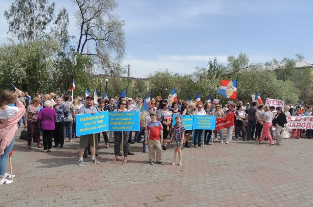 Около 500 человек собрались на митинг.