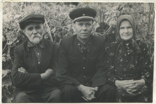 Иван Юров с сыном Леонидом и женой Евдокией.