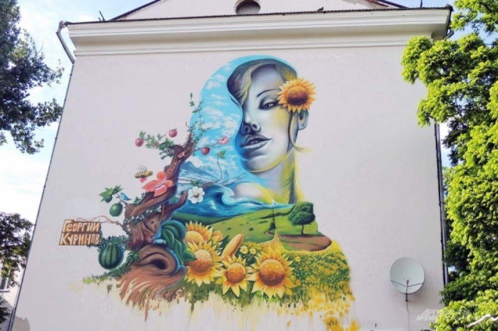 Это одна из работ самого известного краснодарского мастера граффити Георгия Куринова. Девушка с подсолнухами красуется на стене жилого дома по улице Красной.
