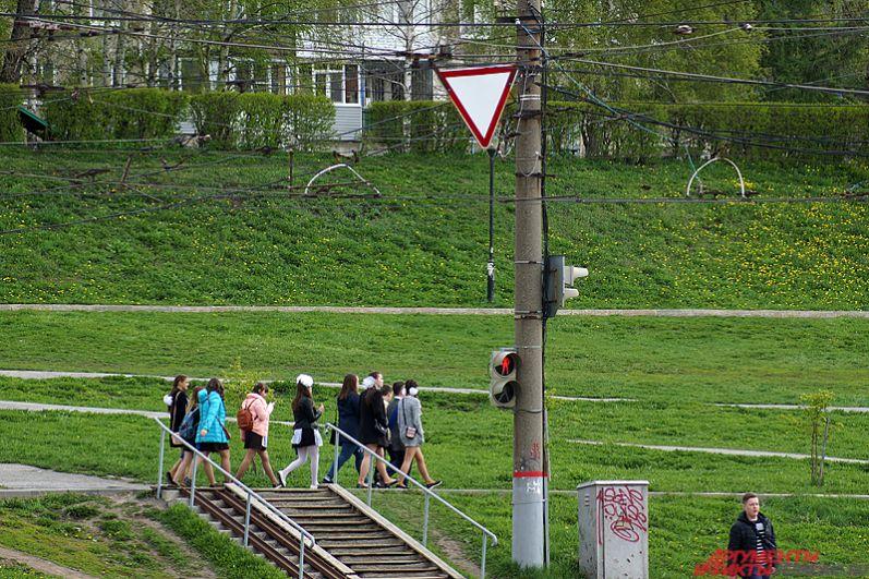 По традиции утром в школах и колледжах города состоялись торжественные линейки, затем дети отправились на прогулки по улицам краевой столицы.