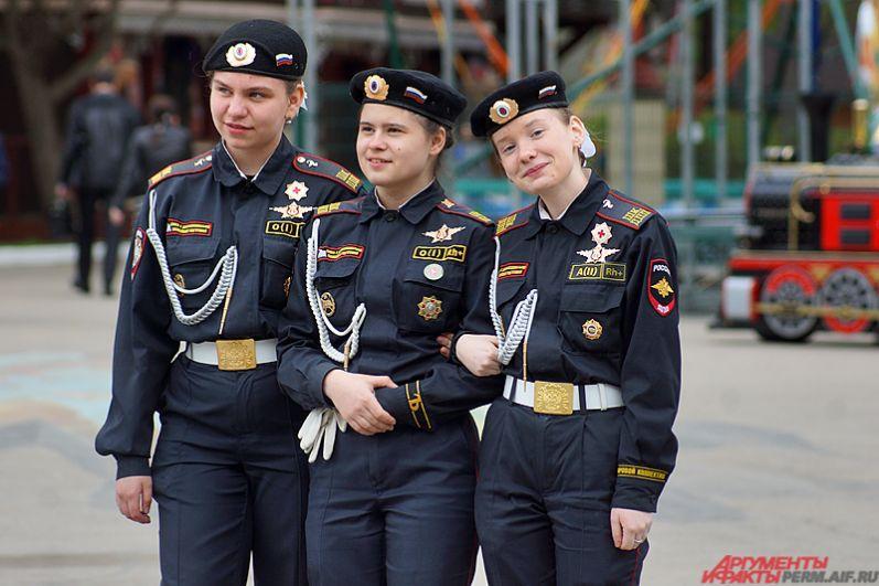 На улицах в этот день можно было встретить и выпускников в военной форме.