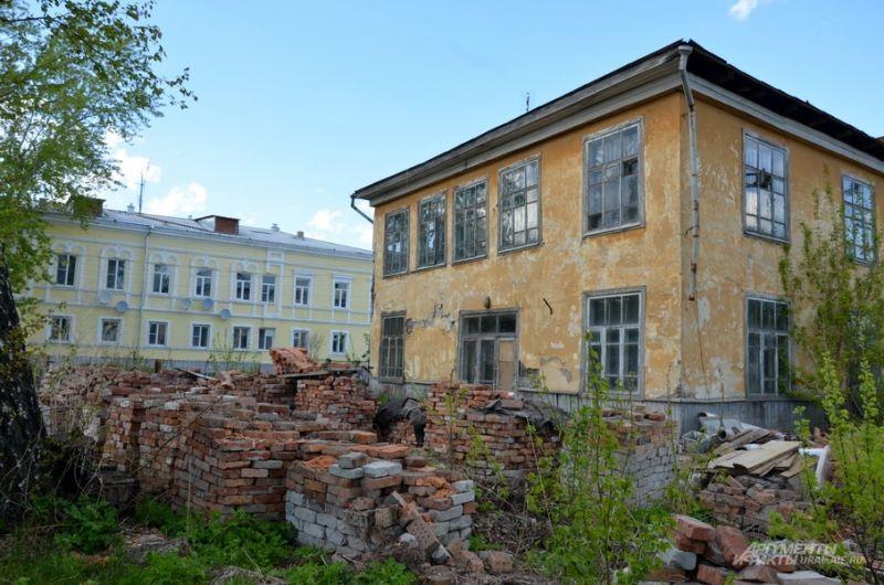 Старый дом на фоне отреставрированного.