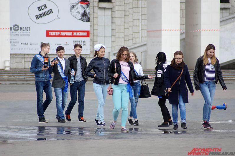 Выпускников можно было увидеть на набережной, на улицах, в скверах и парках.