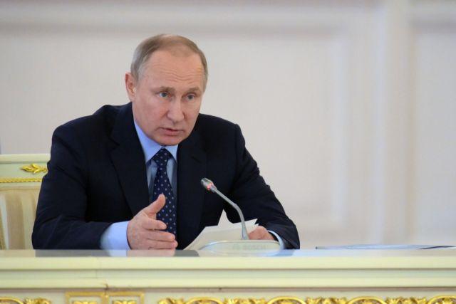 Путин поручил повысить зарплаты бюджетникам, не попавшим под майские указы