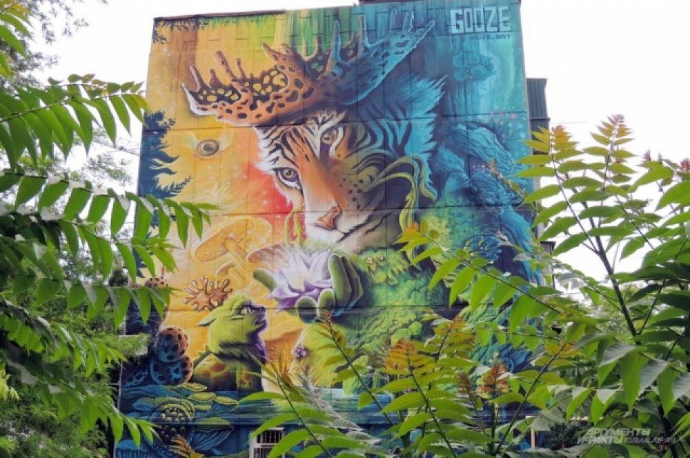 Этот тигр с рогами символизирует дух леса, а цветок в его руке - рождение новой души.