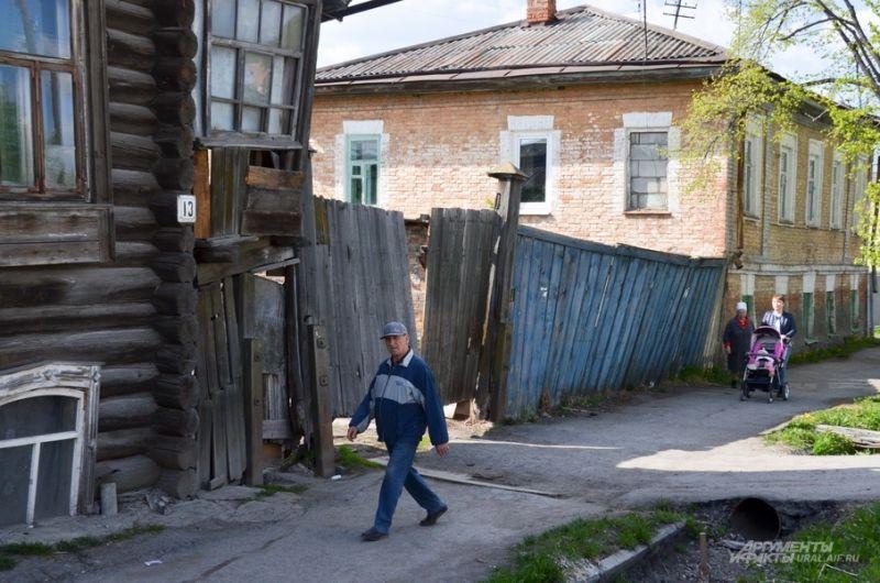 Покосившиеся ворота дома на улице Пролетарской.