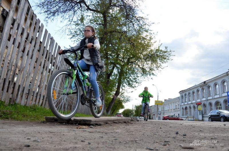 Катающиеся на велосипедах дети по улице Орджоникидзе.