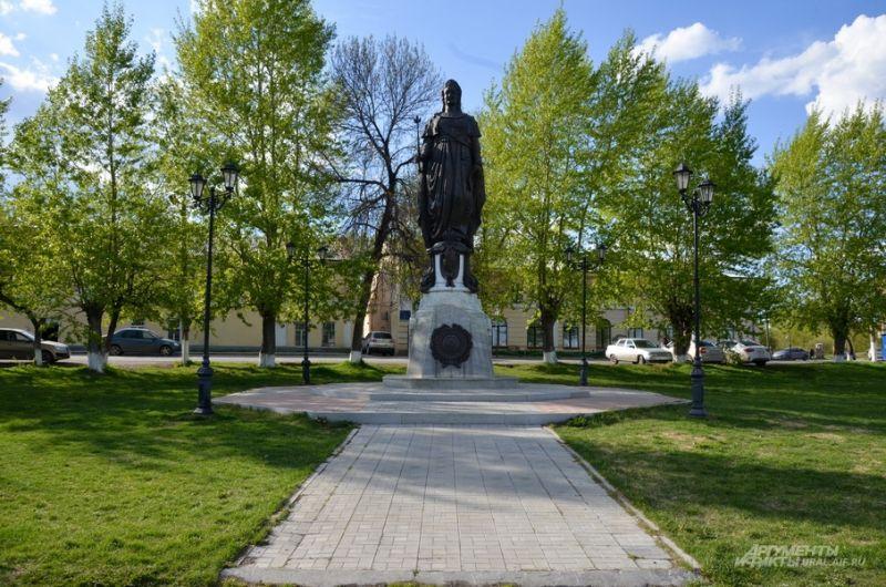 Памятник Екатерине II, утерянный до революции и восстановленный в 2013 году. Памятников Екатерине в России единицы.