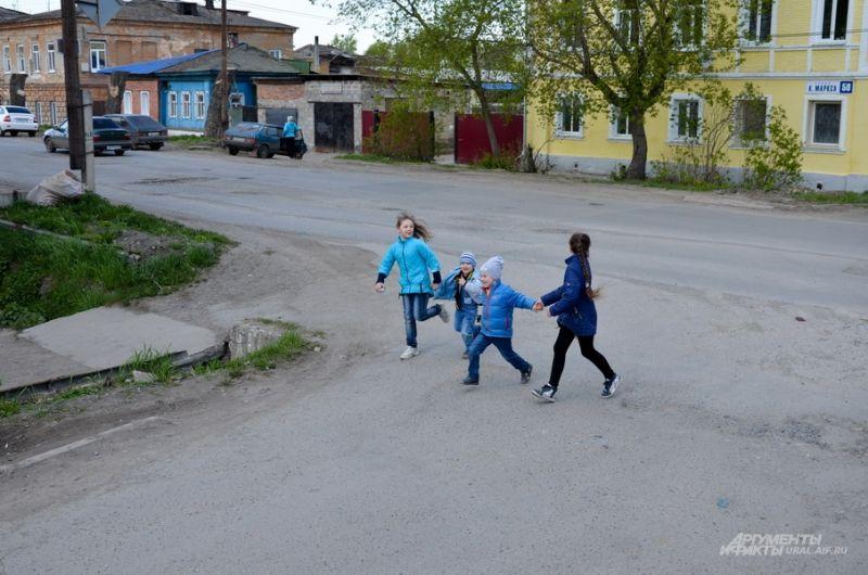 Бегающие дети улице Революции.