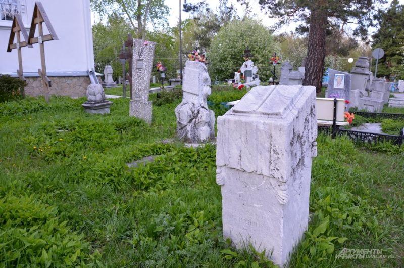 Надгробия XIX века на городском кладбище Ирбита.