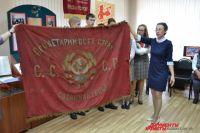 Это самодельное пионерское знамя прибыло в Кузбасс из Донецка. Украинская пятиклассница спрятала его в столешнице с секретом, когда началась война. Нашли его через десятилетия. А что спрятал бы от врагов нынешний школьник?