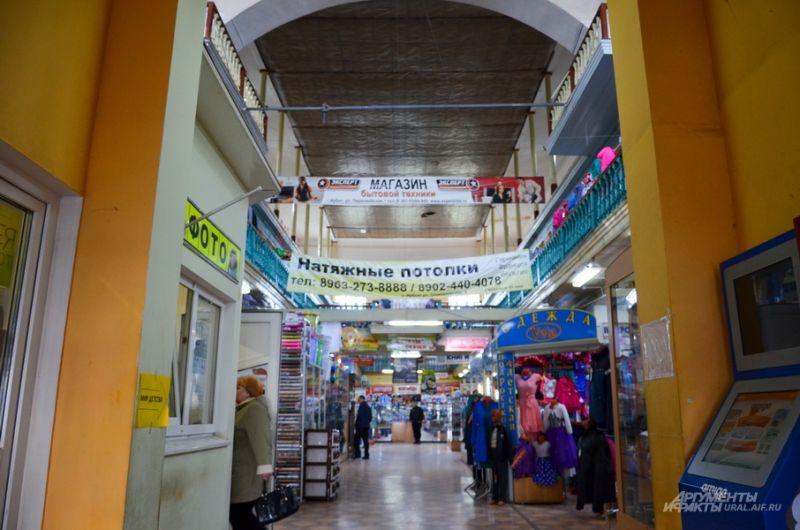 Внутри торгового центра «Пассаж».