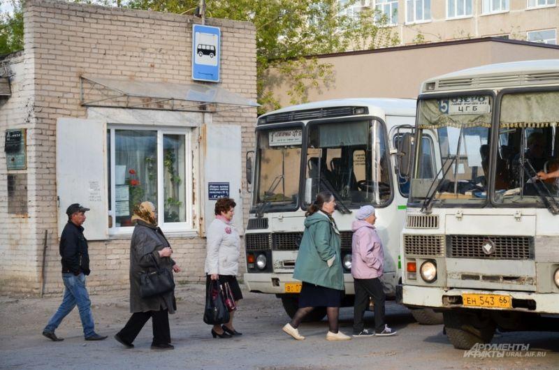 Ирбитчане в очередь идут на общественный транспорт.