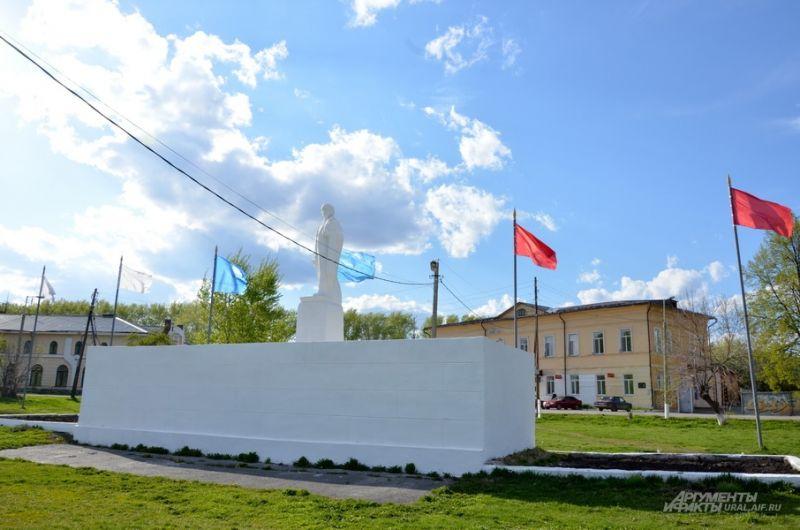 Памятник Ленину рядом с памятником Екатерине II.