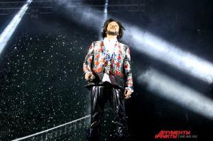 Весь концерт зрители пели вместе со своим кумиром и были в восторге от масштабного шоу.