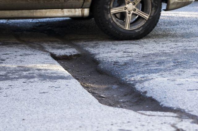 Автомобили ломаются из-за ям на дорогах.