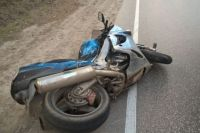 На 4-м километре трассы мотоцикл опрокинулся и попал под встречный автомобиль ГАЗ-2705. После этого мотоцикл отлетел на движущуюся впереди в попутном направлении «Шкоду».