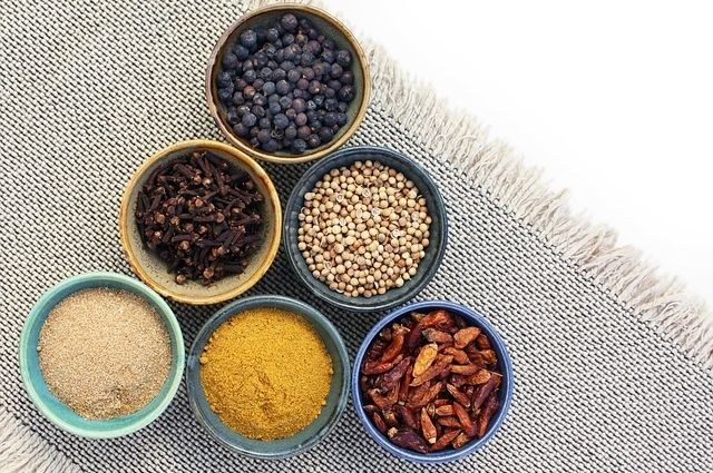 Специи не только придают блюдам приятный вкус, но и помогают в борьбе с некоторыми заболеваниями, а также с лишним весом.