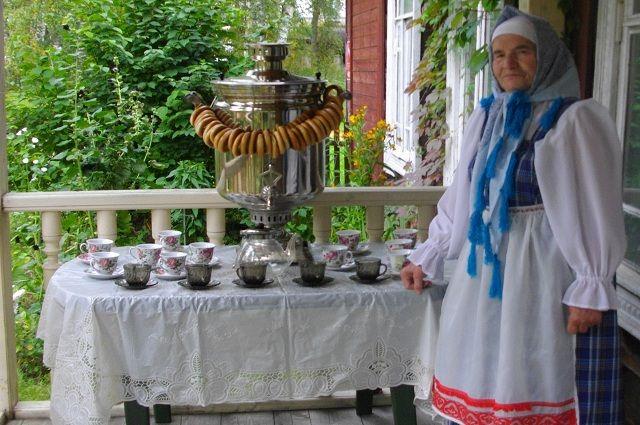 Для читателей Галина Алехина устраивает тематические вечера.