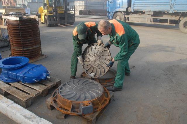 Замена одной крышки колодца стоит более 20 тысяч рублей.
