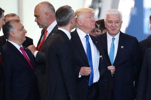 Трамп отодвинул вставшего перед ним в новом здании НАТО премьера Черногории