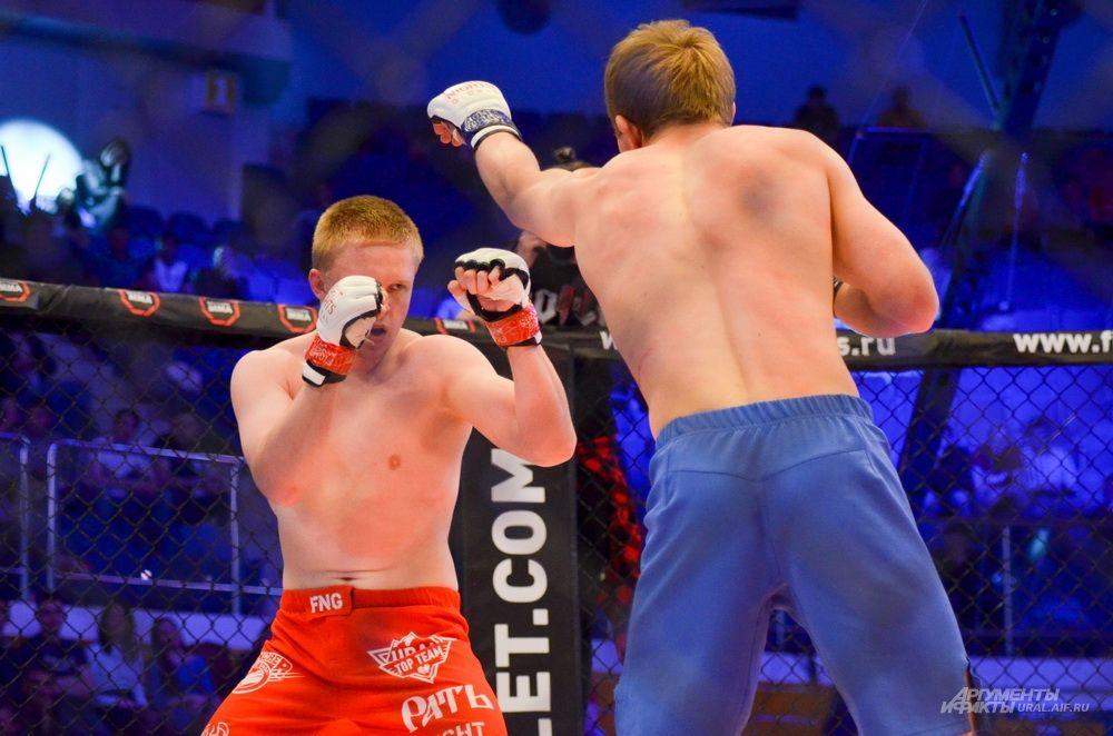 Для Евгения Игнатьева (слева) это была первая победа в Fight Nights Global.