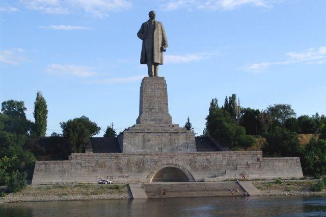 Волгоградец спрыгнул с монумента Ленину исломал обе ноги