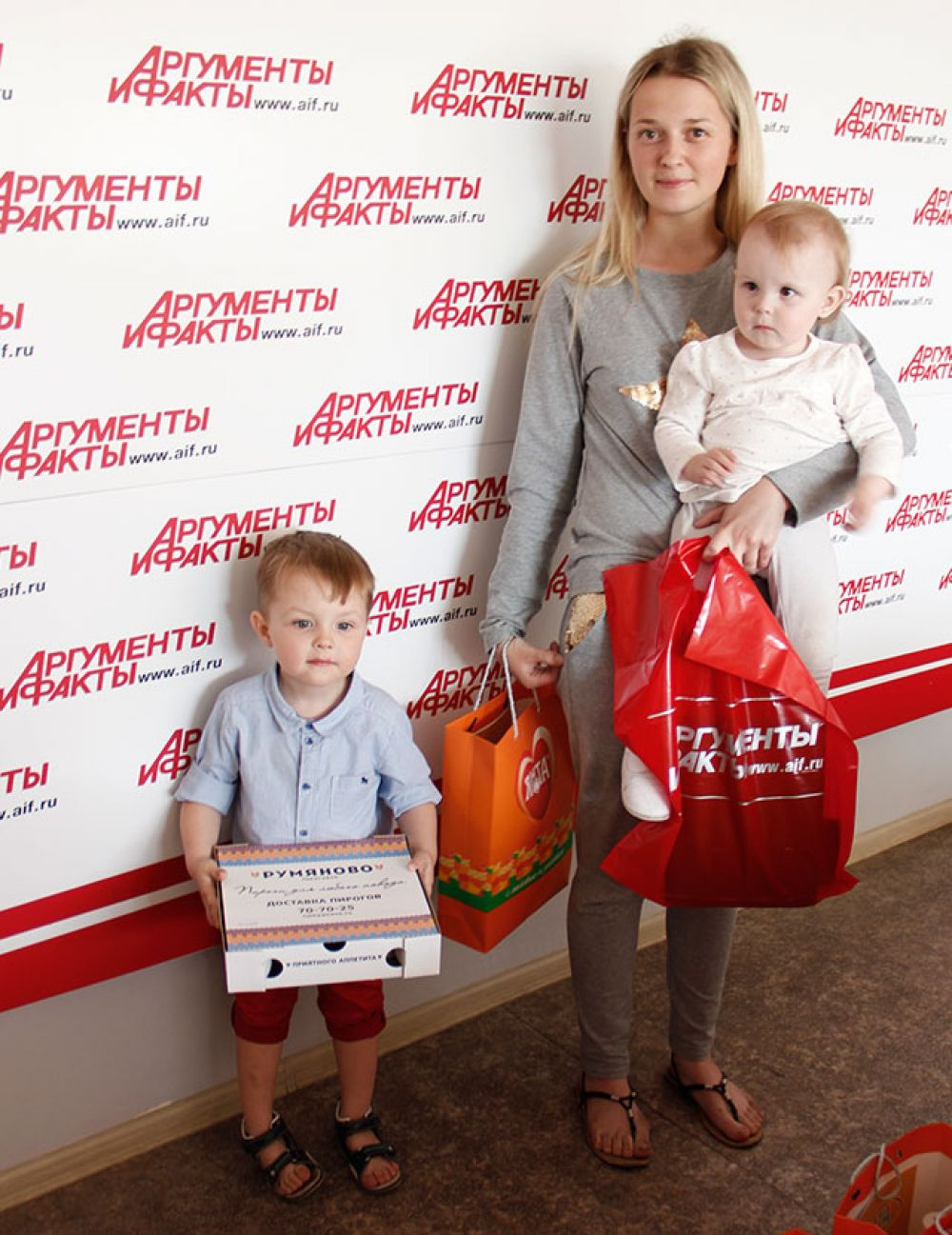 Егор Харченко, занявший второе место, пришле на награждение с Мамой и сестренкой.