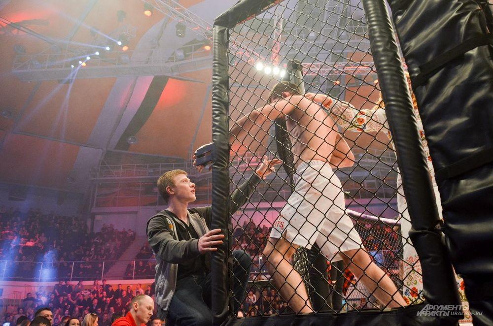 Виктор Кичигин не дождался оглашения победителя и покинул ринг.