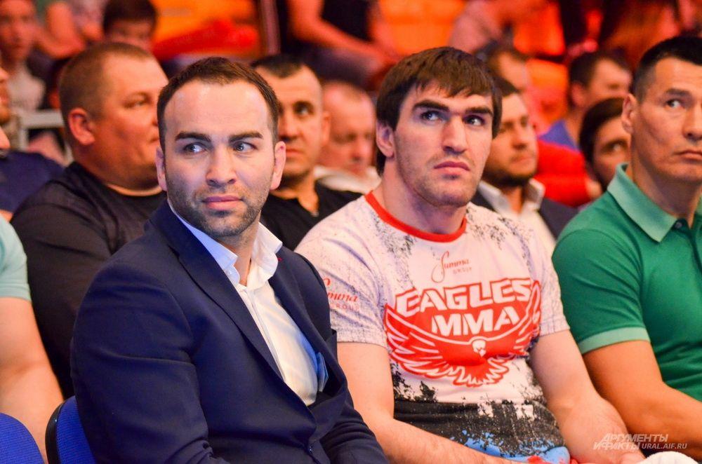 Президент промоутерской компании Fight Nights Камил Гаджиев (слева) и боец Курбан Омаров.