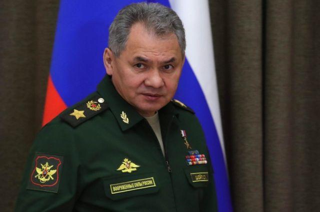 Шойгу вручил копию Знамени Победы своему узбекскому коллеге